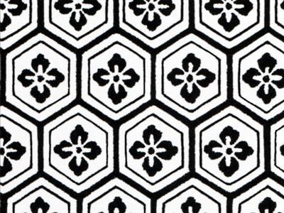 有職文様の一種「亀甲花菱」。亀甲文様とは、古代オリエントの地で興り、中国を経てもたらされた幾何学文様。日本では亀の甲羅に似ていることからこの名がついた。